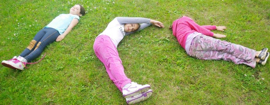 uwzględniając dzieci i młodzież udostępniamy przestronny teren zielony przystosowany do bezpiecznego wypoczynku rodzin i grup